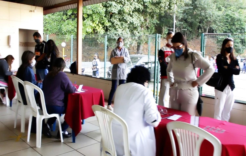 Moradores da Regional 2 recebem vacinas contra Covid na AAPI.